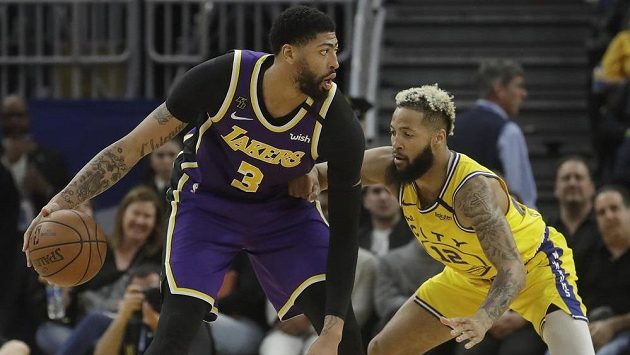Anthony Davis (3) z LA Lakers a Ky Bowman (12) z Golden State Warriors.
