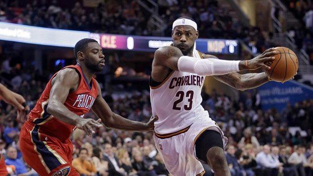 LeBron James (23) z Clevelandu a Tyreke Evans z New Orleans.