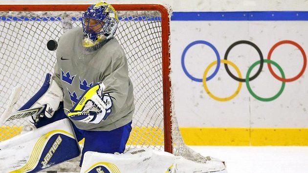 Švédský hokejový brankář Henrik Lundqvist na tréninku v Soči.