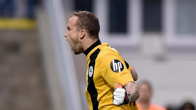 Liberecký brankář Lukáš Hroššo oslavuje chycenou penaltu ve finále Poháru FAČR proti Jablonci.