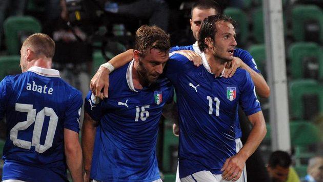 Italský útočník Alberto Gilardino (vpravo s číslem 11) slaví se spoluhráči Danielem De Rossim (uprostřed) a Ignaziem Abatem gól proti Bulharsku.