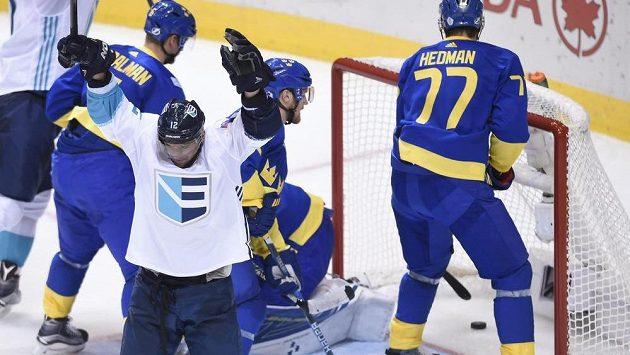 Slovák Marián Gaborík (vlevo) se raduje z gólu, který vstřelil v semifinále Světového poháru Švédsku.