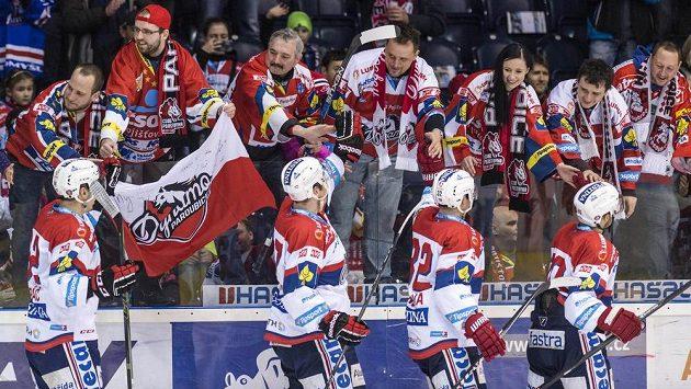 Hokejisté Dynama Pardubice oslavují s fanoušky vítězství nad Karlovými Vary i extraligovou záchranu.