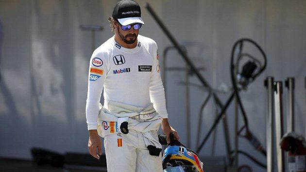 Fernanda Alonsa při Velké ceně Španělska trápily oči a prakticky neodložil tmavé brýle. Při závodě ho potkal nezvyklý problém...