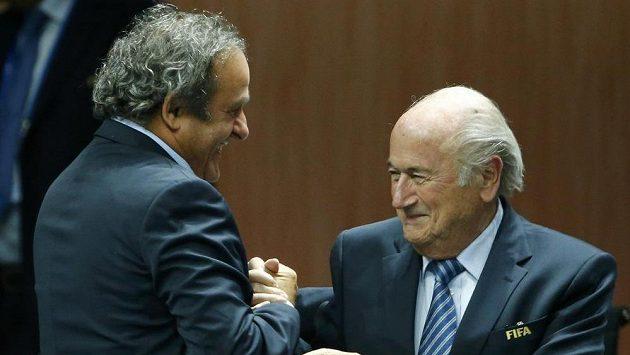 Michel Platini (vlevo) a prezident FIFA Sepp Blatter.