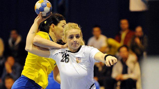 Česká házenkářka Markéta Jeřábková při kvalifikačním duelu s Ukrajinou.