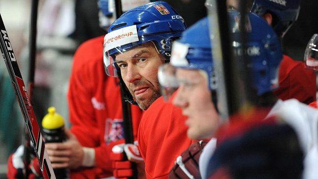 Čeští hokejisté se chystají v holešovické Tipsport areně na start Channel One Cupu. Na střídačce útočník Petr Nedvěd (druhý zprava).