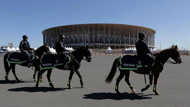 Policisté na koních hlídají okolí Národního stadiónu v Brasilii.