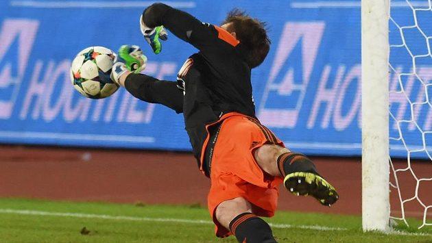 Jan Hanuš z Jihlavy právě zneškodnil Kukecovu penaltu.