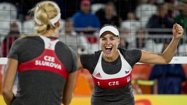 Markéta Sluková a Barbora Hermannová (vpravo) se radují z vítězství nad Anou Gallayovou a Georginou Klugovou z Argentiny.