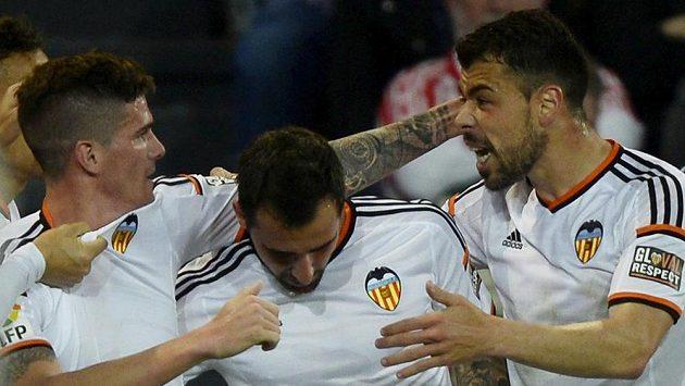 Fotbalisté Valencie (zleva) Rodrigo de Paul, Paco Alcacer a Javi Fuego se radují z branky.