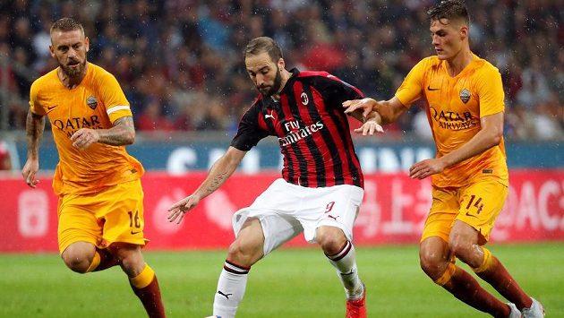 Fotbalisté AS Řím Daniele De Rossi a Patrik Schick se snaží zastavit Gonzala Higuaina z AC Milán v utkání italské ligy.