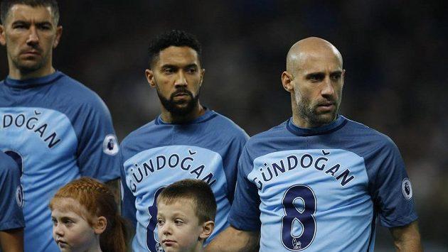 Fotbalisté Manchesteru City podpořili zraněného Ilkaye Gündogana.