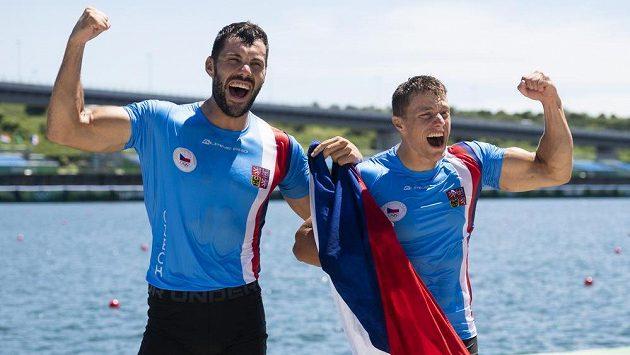 Rychlostní kanoisté Dostál a Šlouf zdraví fanoušky po bronzovém závodě v Tokiu