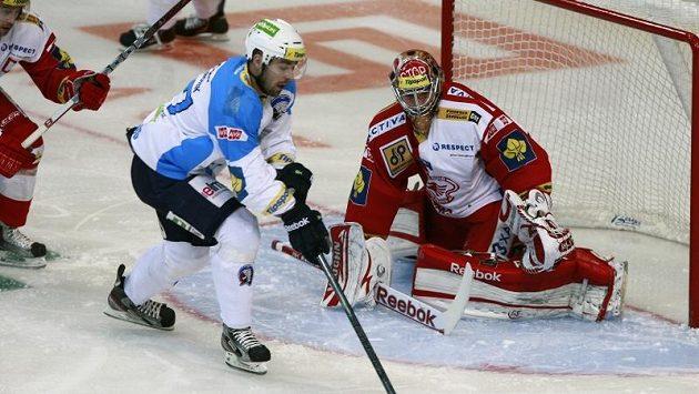 Milan Gulaš (uprostřed) z Plzně se snaží překonat slávistického brankáře Dominika Furcha.