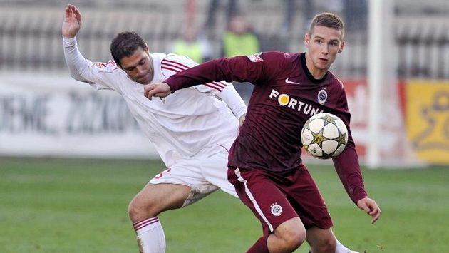 Pavel Kadeřábek (vpravo), střelec jediného gólu Sparty v základní hrací době, v souboji s Michalem Sedláčkem z Viktorie Žižkov.