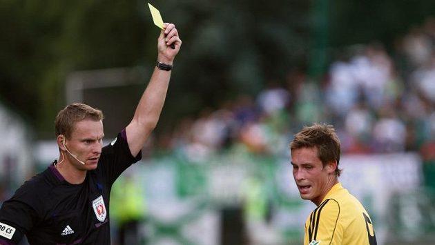 Střížkovský Janda inkasuje žlutou kartu od rozhodčího Jecha. Ilustrační foto.
