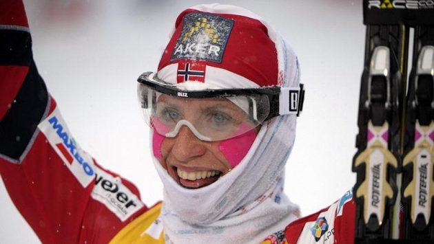 Norka Marit Björgenová se raduje v cíli.