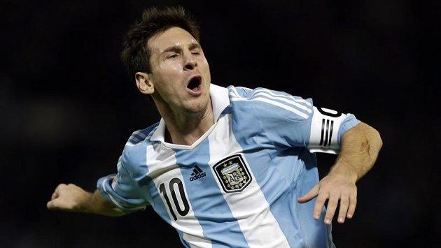 Argentinec Lionel Messi se raduje ze své branky proti Paraguayi.