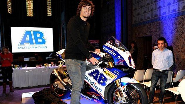 Motocyklový závodník Karel Abraham (vlevo) s novou motorkou pro letošní sezónu.