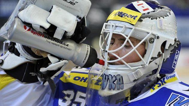 Jiří Trvaj se osvěžuje u střídačky během přerušení zápasu