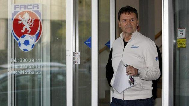 Mocný muž v zákulisí - Roman Berbr - odchází ze sídla Fotbalové asociace.