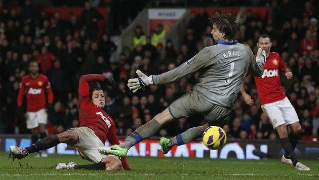 Javier Hernández (vlevo) střílí gól Manchestrru United v duelu s Newcastlem, gólman hostí Tim Krul už zasáhnout nestačil