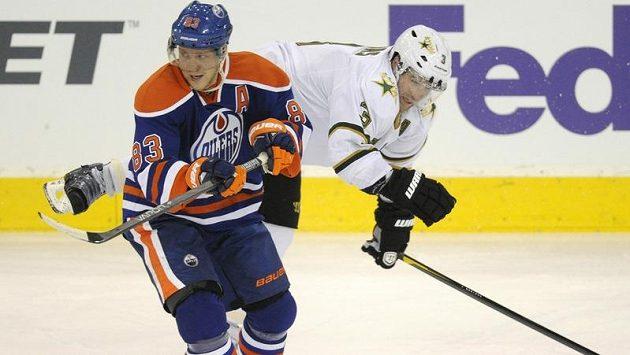 Hokejista Edmontonu Aleš Hemský v souboji s Robidasem z Dallasu