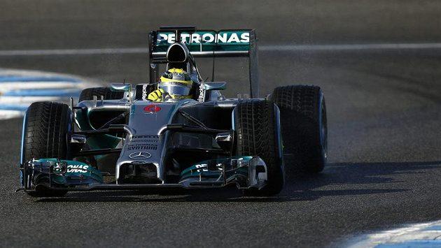Německý pilot Nico Rosberg s novým mercedesem při testech v Jerezu.