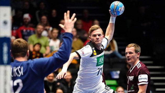 Timo Kastening z Německa střílí na lotyšského brankáře Edgarse Kuksu.