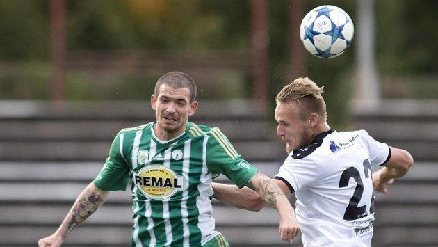 Fotbalista Bohemians David Bartek (vlevo) v souboji s Jiřím Bederkou z Hradce Králové.