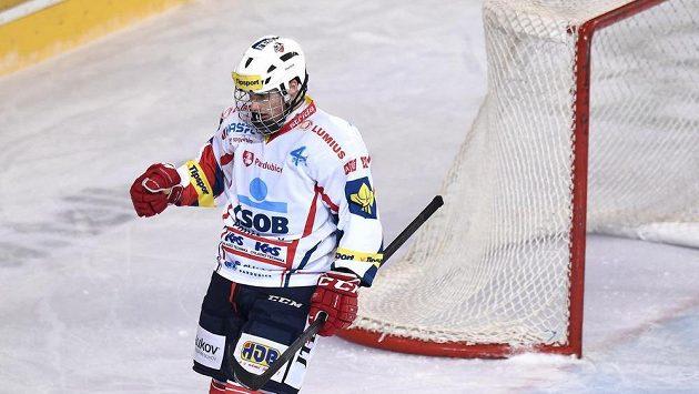 Michael Špaček ještě v dresu Pardubic oslavuje gól během utkání na Spartě.