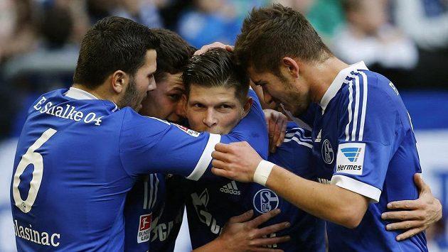 Fotbalisté Schalke se radují s útočníkem Klaasem-Janem Huntelaarem (druhý zprava) z gólu.