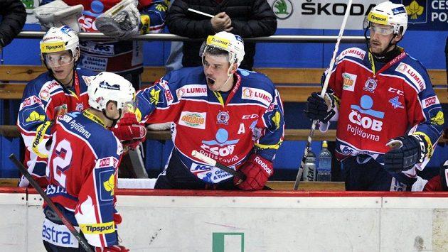 Petr Sýkora (uprostřed) z Pardubic se raduje z gólu.