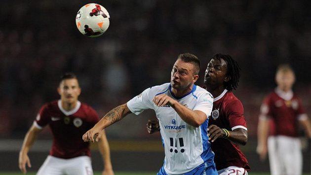 Ostravský záložník Antonín Fantiš (vlevo) si kryje míč před sparťanským obráncem Costou.