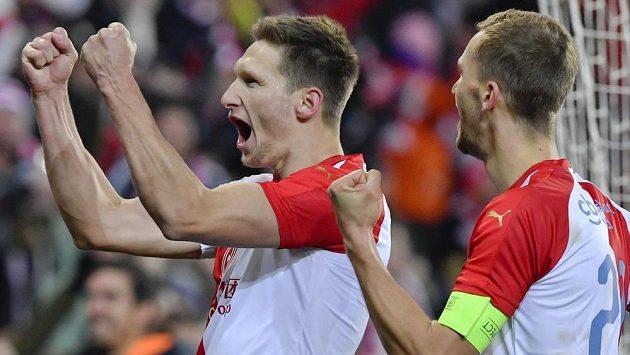 Milan Škoda ze Slavie (vlevo) se raduje z gólu z pokutového kopu v utkání proti Karviné. Vpravo je kapitán sešívaných Tomáš Souček.