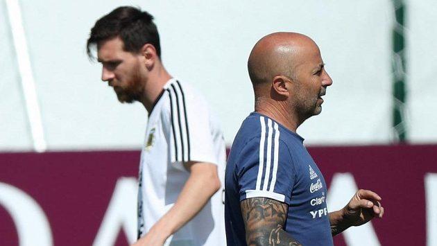 Argentinský kouč Jorge Sampaoli a Lionel Messi během tréninku na MS.