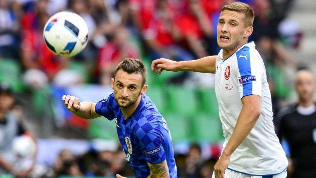 Pavel Kadeřábek a Marcelo Brozovič z Chorvatska (vlevo) v pátečním zápasu v Saint-Étienne.