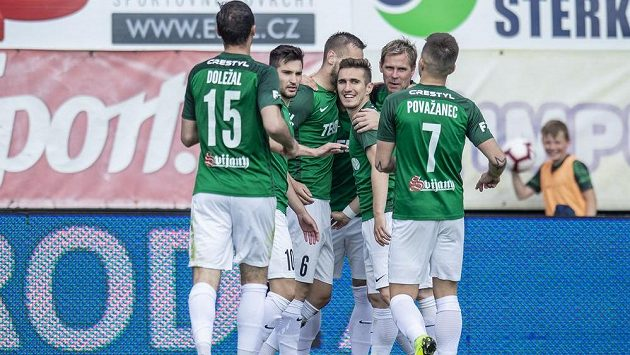 Jablonečtí fotbalisté slaví gól v derby s Libercem.