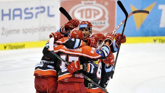 Hokejisté Hradce Králové slaví gól na ledě Pardubic.