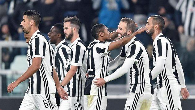 Fotbalisté Juventusu se radují z jediné trefy proti Janovu. Úspěšným střelcem byl Douglas Costa (třetí zprava).