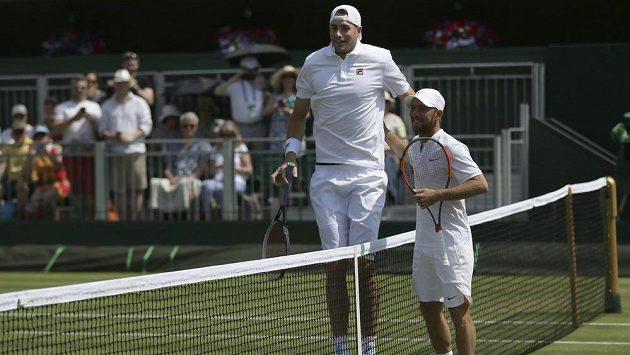 John Isner a Dudi Sela před zápasem ve Wimbledonu.