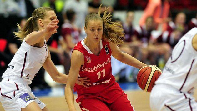 Lotyšská basketbalistka Gunta Bašková-Melnbardeová (vlevo) se snaží bránit Češku Veroniku Bortelovou. Ilustrační foto.