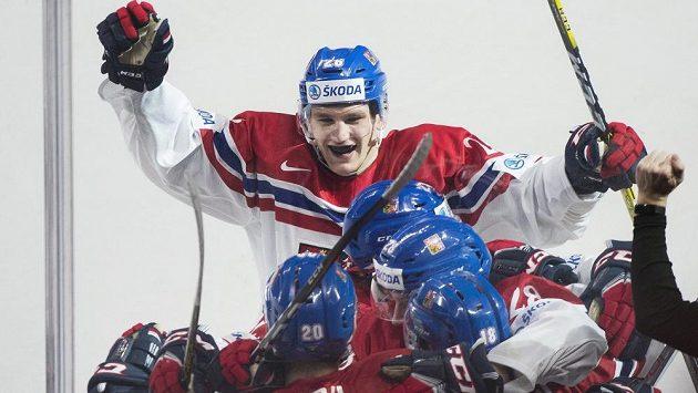 Český útočník Daniel Špaček (dole vpravo) slaví se spoluhráči vítězný gól proti Finsku na MS hráčů do 20 let.
