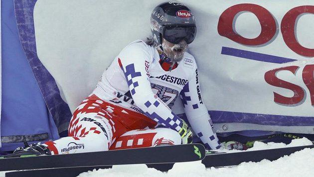 Český lyžař Ondřej Bank v cíli kombinačního sjezdu ve Wengenu.