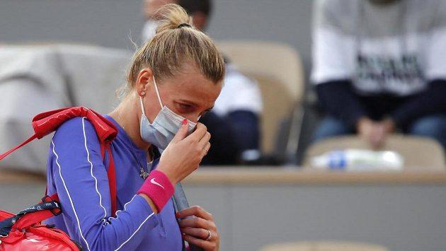 Poražená Petra Kvitová opouští centrální dvorec po duelu semifinále French Open.