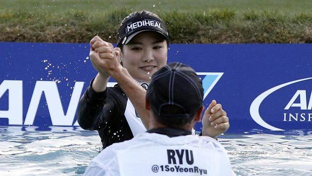 Korejská golfistka Rjo So-jon a její caddie Tom Watson po triumfu v Rancho Mirage.
