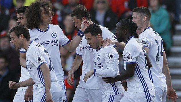 Hráči Chelsea gratulují Edenu Hazardovi ke vstřelené brance.
