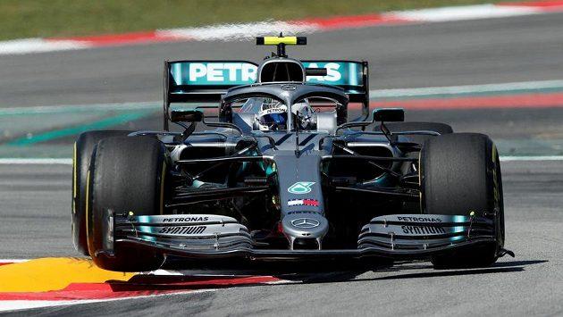 Finský pilot stáje Mercedes Valtteri Bottas během tréninku na Velkou cenu Španělska.