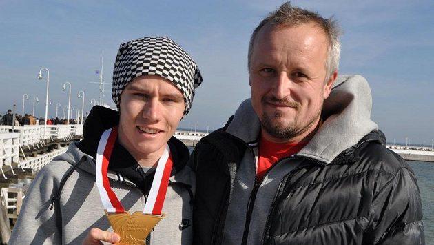 Pavel Maslák pózuje se zlatou medailí, kterou vybojoval na halovém mistrovství světa v polských Sopotech. Vpravo je jeho hlavní kouč Dalibor Kupka.